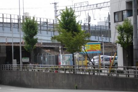 正面から左側の駐車場