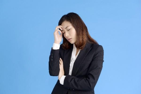 うつ病の症状で悩んでいる女性